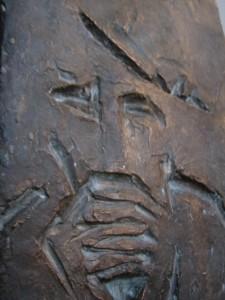 Die Stimme  Hiob vernimmt nachts die Stimme Gottes. Flachrelief Bronze 1972