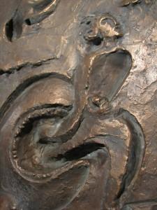 Jona entspringt dem Walfisch  Teilabguß Taufstein Lambrecht Bronzerelief 1962