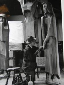 Helmut Ammann  bei der Arbeit an der Kreuzigungsgruppe für St. Stephan