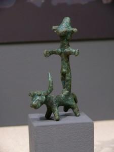 Göttin mit Krone auf einem Stier, Nordsyrien ca. 1850-1700 v. Chr.
