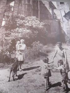 Spielende Kinder vor der zerstörten Stephanskirche