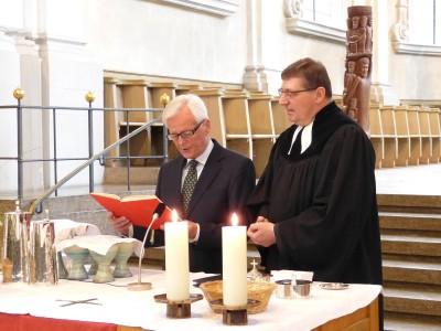 Pfarrer Jürgen Dolling, Klaus Krah (Kassenwart des Orgelbaufördervereins) bei der Weihe am 3.5.2015